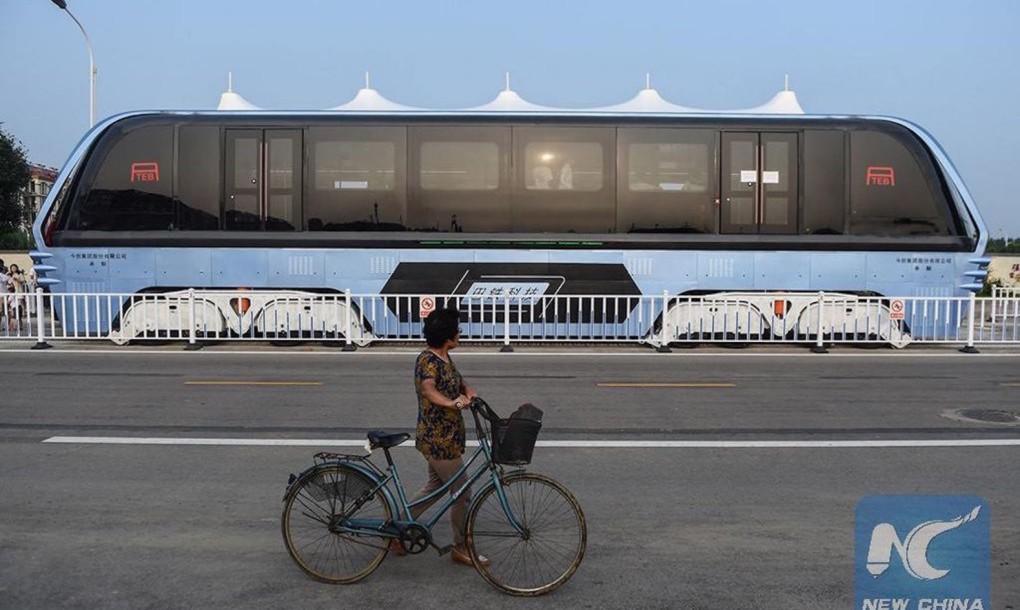 Автобус, который ездит над пробками [видео]
