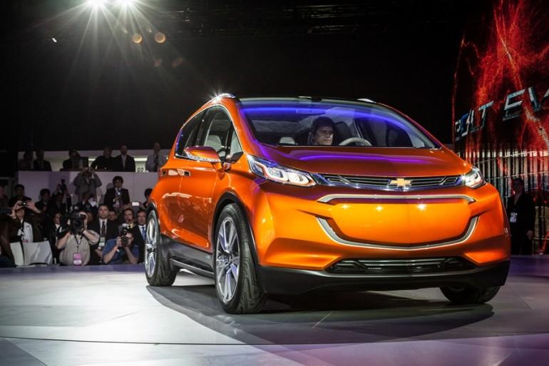 Доступный электромобиль chevrolet bolt concept проезжает 320 км от одной зарядки