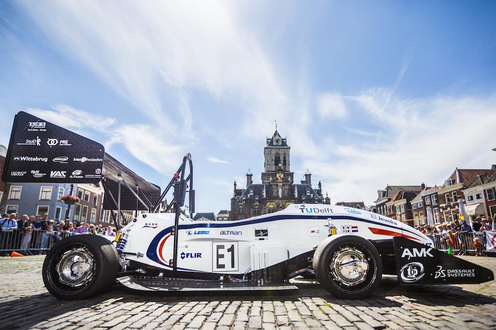 Гоночный электромобиль с удельной мощностью 1 л. с. на килограмм построили студенты из голландии