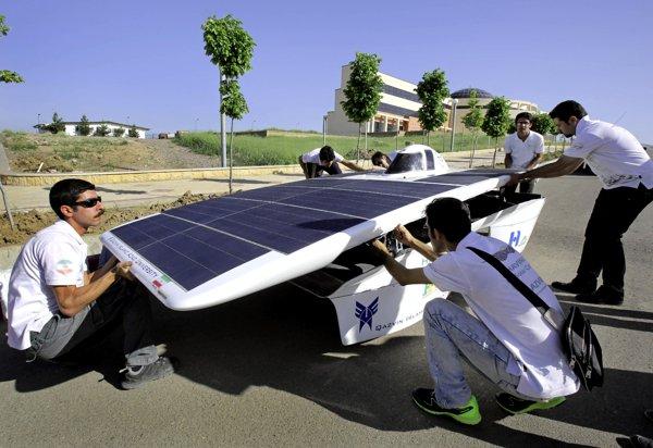 Иранские студенты готовят автомобиль к солнечной гонке