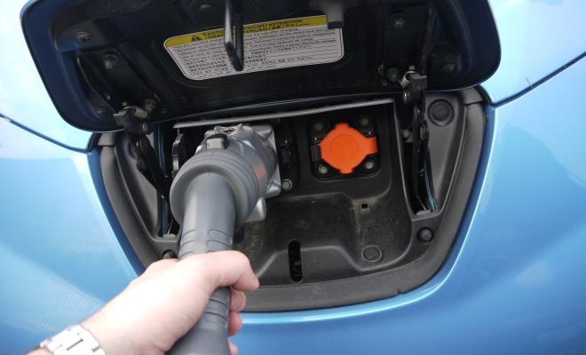 Nissan построит в великобритании и ирландии сеть быстрых зарядных станций для электромобилей
