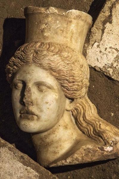 Новые находки в крупнейшей гробнице в греции: голова сфинкса и богиня аида