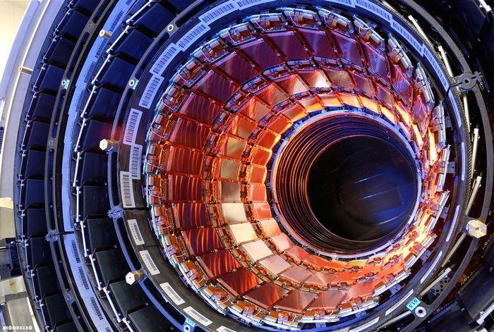 Огромный 15-метровый электромагнит собран, охлажден и готов к проведению исследований в области физики элементарных частиц