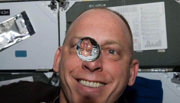 Почему космонавты не могут плакать в космосе?