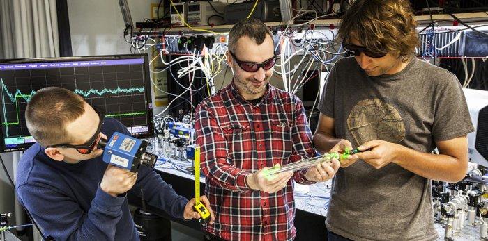 Создана квантовая запутанность между одним фотоном и триллионом атомов