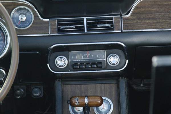 Специалисты по электромагнитным помехам включат радио в электромобиле
