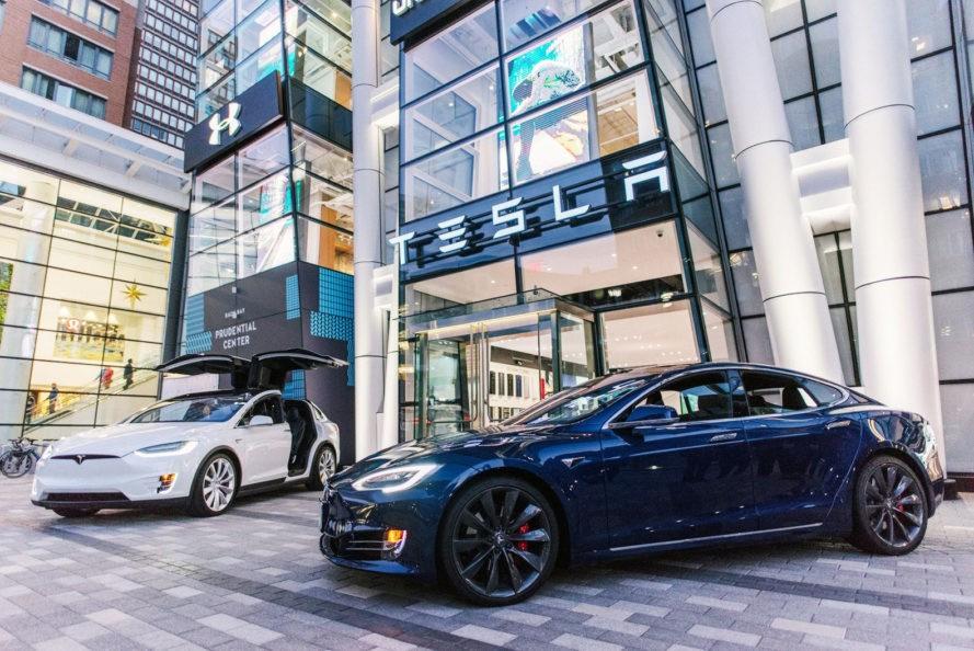 Tesla предлагает пожизненную страховку на свои автомобили