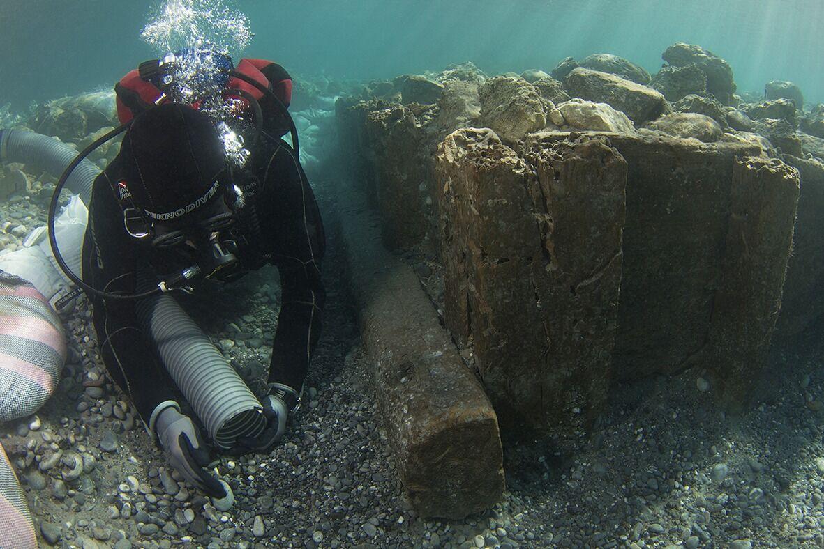 В затопленном порту коринфа открыли византийский мол